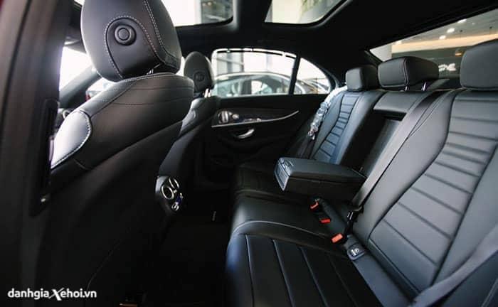 hang ghe sau mercedes e300 amg 2021 danhgiaxehoi vn 700x432 1 - Đánh giá xe Mercedes E300 AMG 2022, sự lựa chọn của giới trẻ